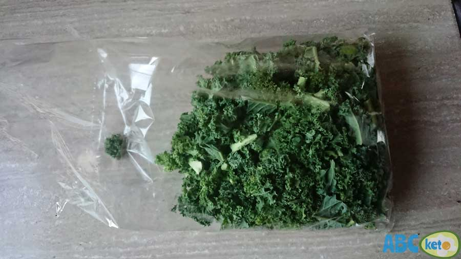 raw kale, keto kale smoothie ingredients, keto kale smoothie