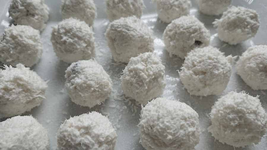 Keto Raffaello fat bombs